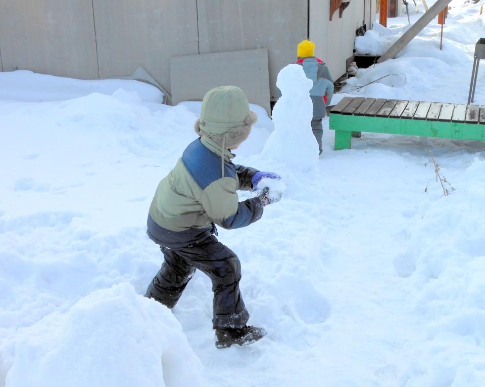 Как дети играют в снежки 45