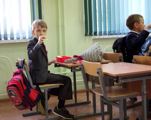 Ребёнок ест хлебцы
