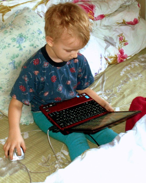Ребёнок с ноутбуком