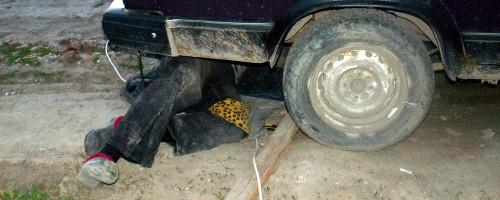 Папка ремонтирует машину