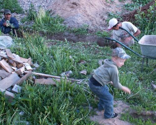 Рабочие копают яму под фундамент гаража